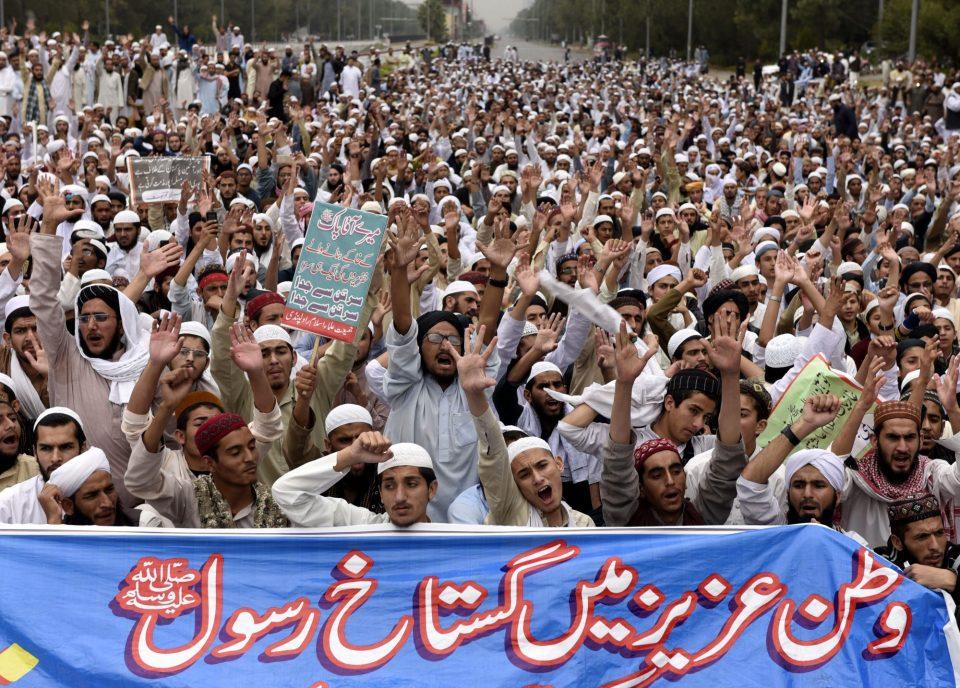 Пакистан трет ден блокиран од протести
