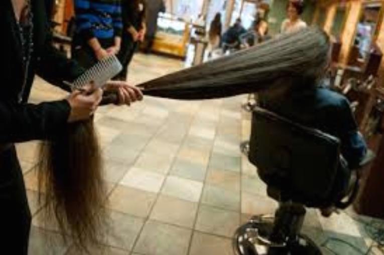 """Литванка со коса од 156 сантиметри победи на натпреварот """"Најдолгата коса на светот"""""""