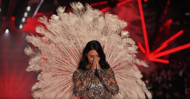 """Со солзи во очите, Адријана Лима се прости од """"Викторија'с сикрет"""" (ВИДЕО)"""