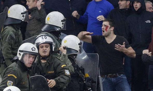 Фанови на АЕК фрлаа Молотови коктели кон навивачите на Ајакс