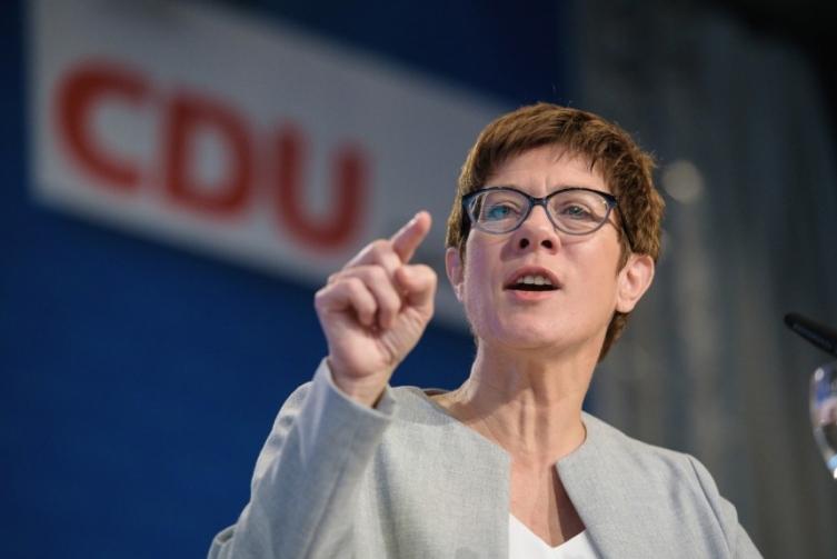 Кандидатката за наследничка на Меркел бара забрана за влез на мигранти-криминалци