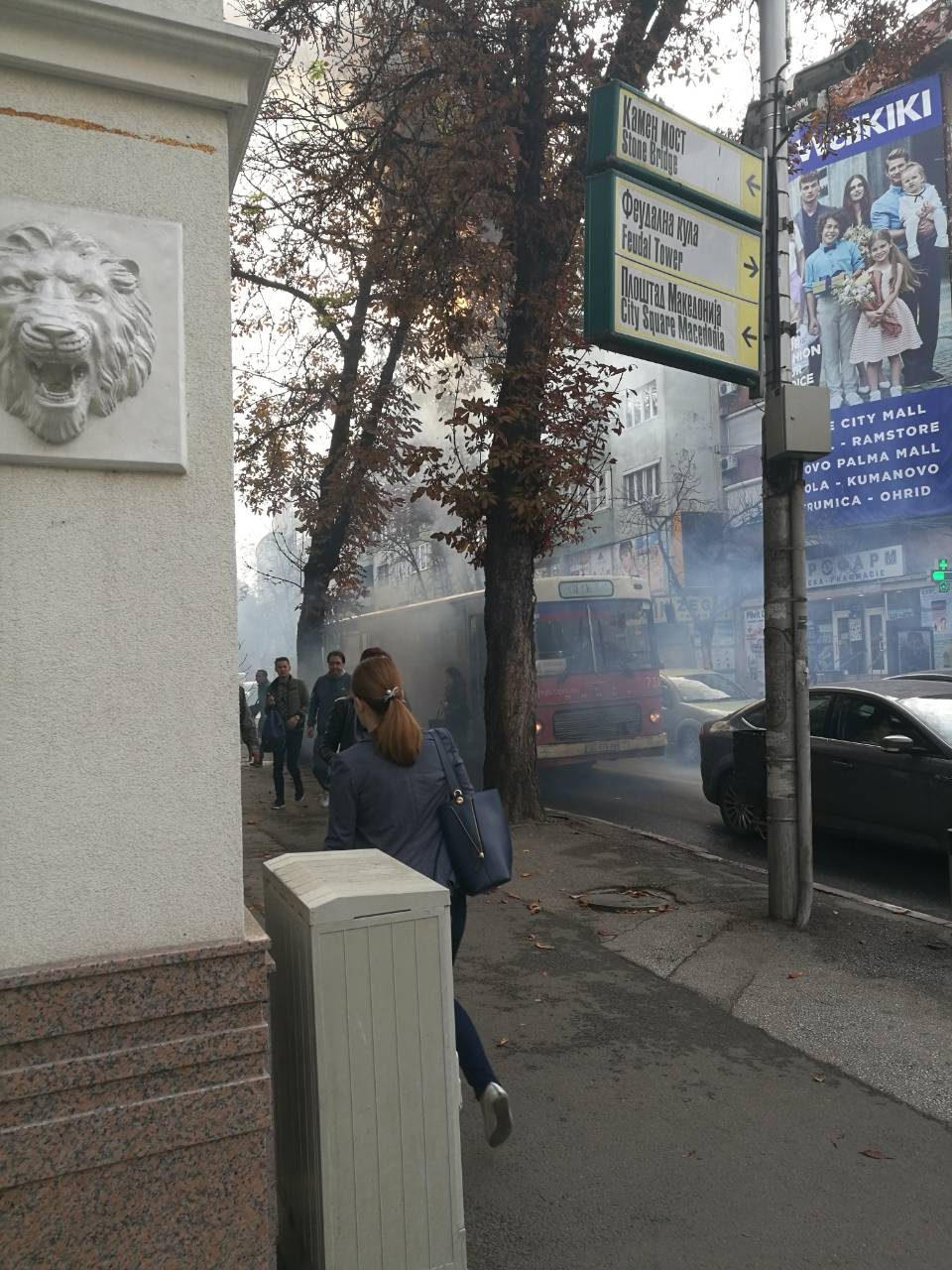 ФОТО: Се запали автобус во центарот на Скопје, од ЈСП велат дека станува збор за дефект, сликата на терен поинаква