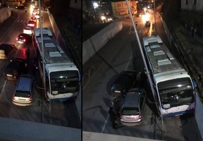 ФОТО: Автобус излета на тротоар и заглави меѓу потпорен ѕид и електричен столб во Штип