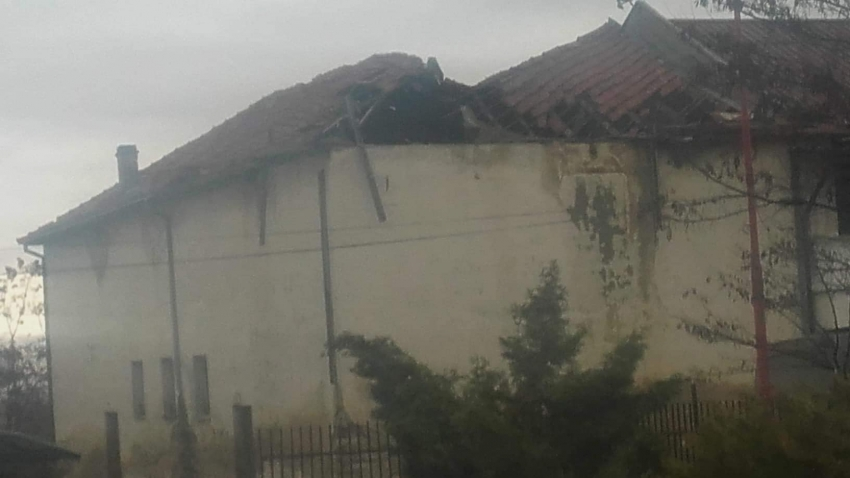 Се сруши покривот на некогашниот Дом на млади во Бистрица, објект прилепен до школото