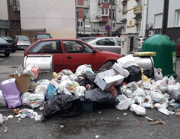 ФОТО: Тон ѓубре позади Дом на градежници