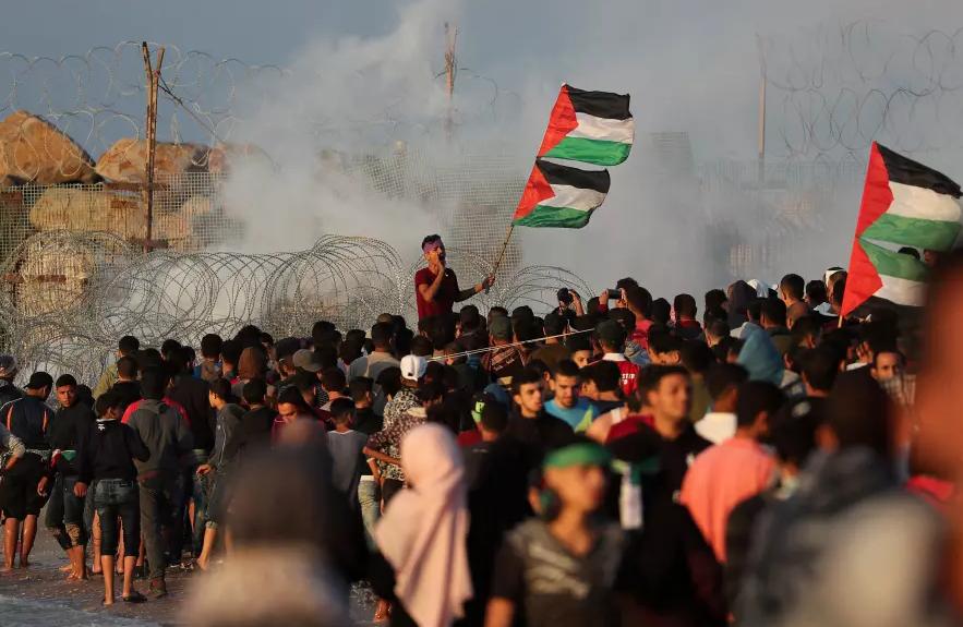 Газа: Хамас дели долари за да ги смири тензиите во енклавата
