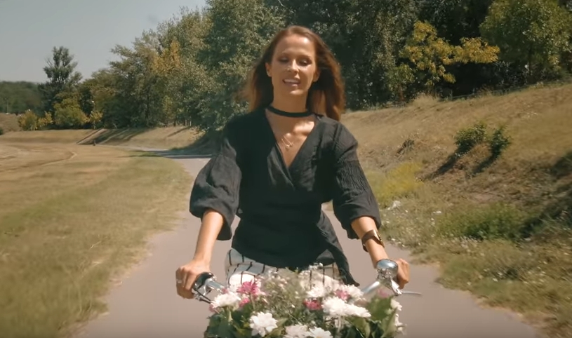 Убава приказна: Новиот спот на Каролина Гочева ќе ви го разубави денот (ВИДЕО)