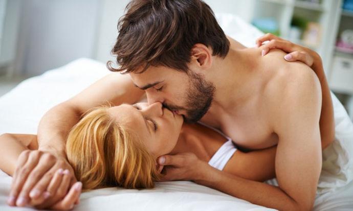 Пет пози за тивок секс кога имате полна куќа луѓе