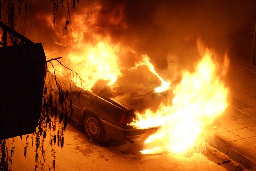Изгореа два автомобили во Скопје