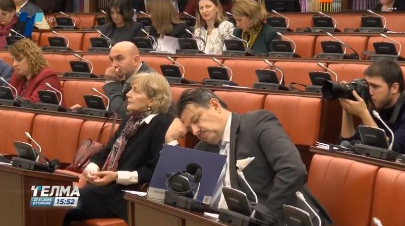 НЕ ГО ЧЕПКАЈТЕ, СПИЕ: Градоначалникот си игра игрици на мобилен, министерот спие – скопјани се трујат! (ФОТО)