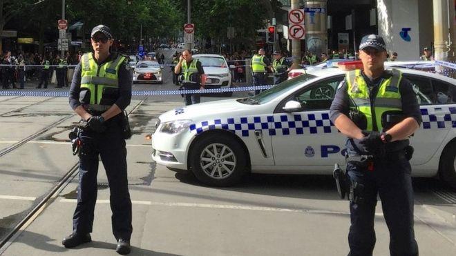 Хаос во центарот на Мелбурн, три лица избодени, напаѓачот застрелан