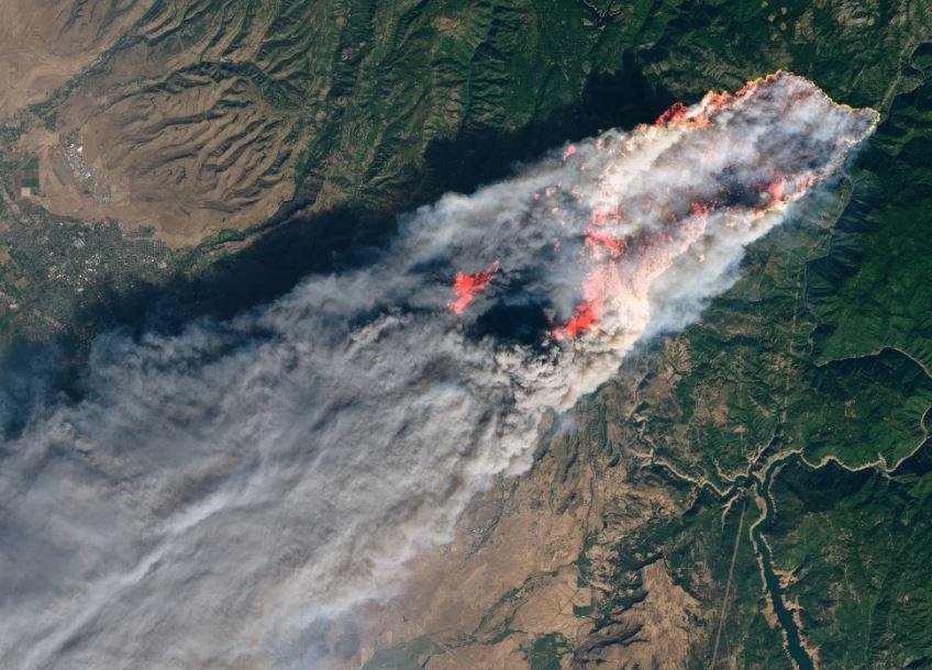 НАСА објави фотографии: Пожарот во Калифорнија од вселената