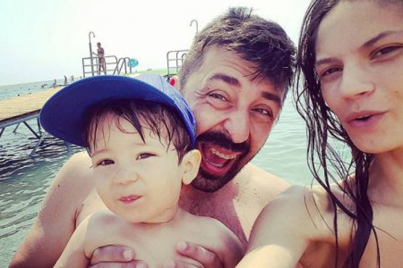 """Се соблече сопругата на Огнен Амиџиќ: Цела плажа се вртеше по убавата Македонка која буквално """"гори"""" во бикини (ФОТО)"""