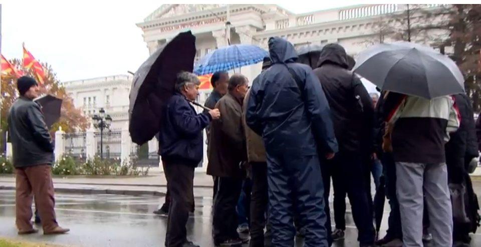 Поранешните вработени од ОХИС утринава на протест