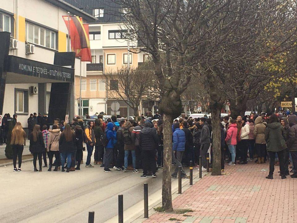 Средношколците и покрај затворени врати и притисоците во тетовските училишта излегоа на протест- Тетово протестира за чист воздух (ФОТО)