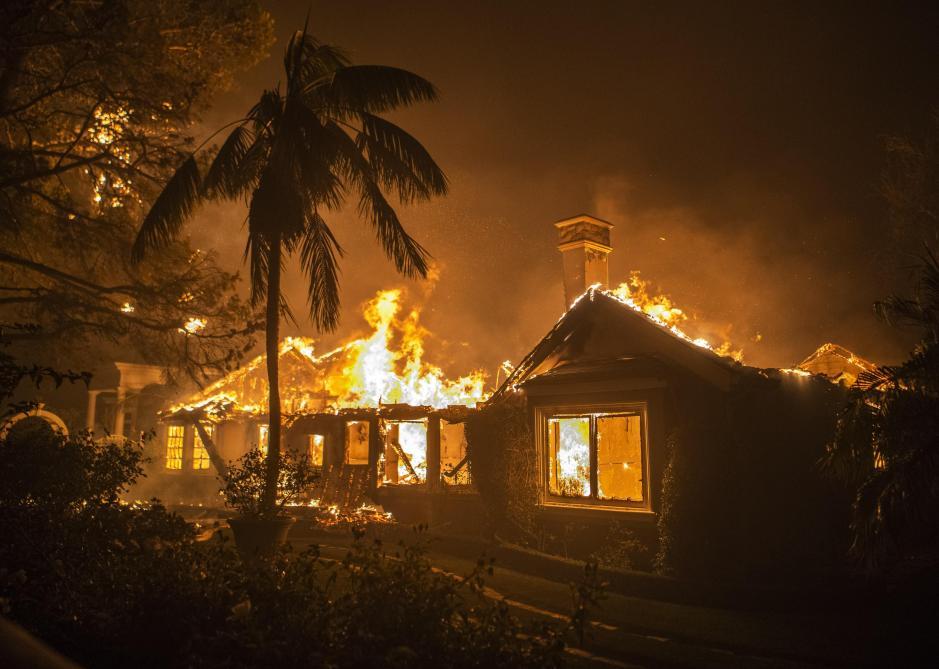 Фотографија како од пеколот: Славниот актер се спасил од пожарот во Калифорнија, сега се моли за неговото семејство