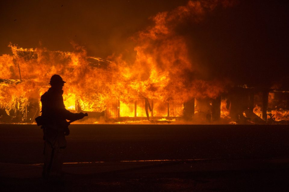 Во пожари во Калифорнија пронајдени тела на пет жртви