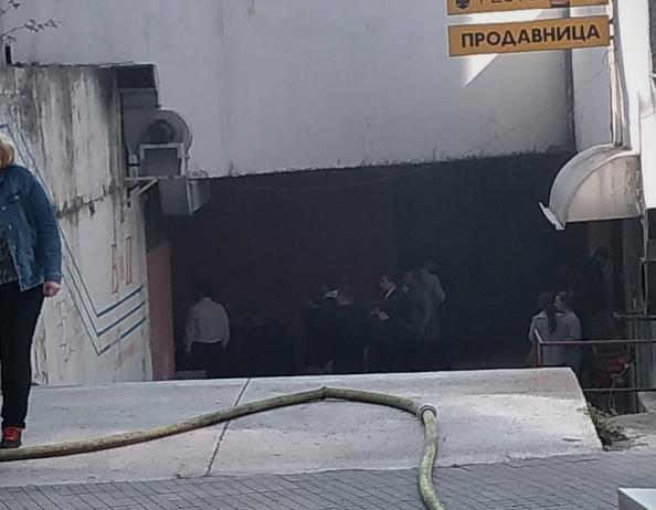 ФОТО: Пожар во центарот на Скопје – Гори објект позади хотелот Стоун Бриџ