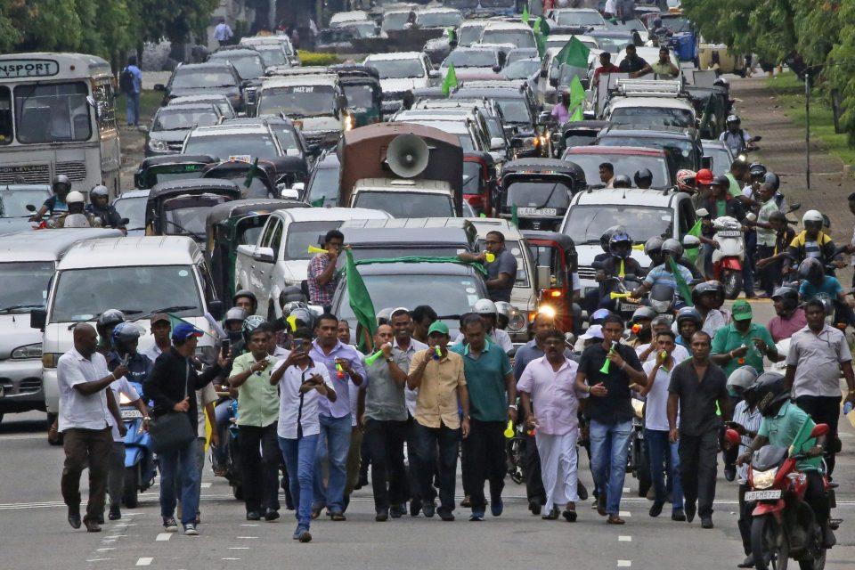 Автомобилски протест на улиците на главниот град на Шри Ланка
