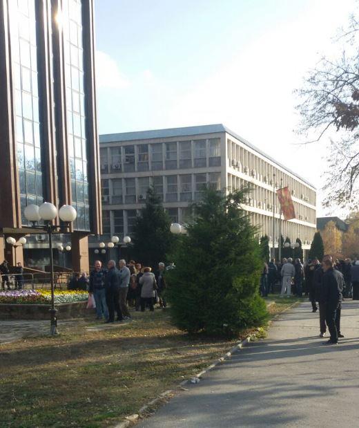 ФОТО: Вработените од ОХИС на протест пред судот- си ги бараат заостанатите 24 плати