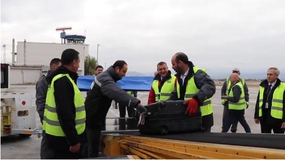 """Директорите на ТАВ Македонија ќе влезат во """"чевлите"""" на вработените, за почеток растовараат авион (ВИДЕО)"""