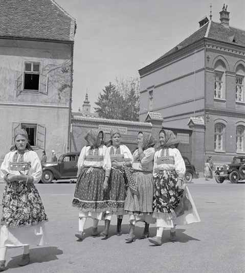 """Изложба """"Народните носии низ објективот на Тошо Дабац"""""""