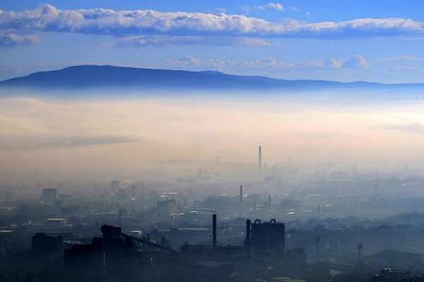 Еве како се загадува Скопје: Црн дим од студентскиот дом Кузман (ФОТО)