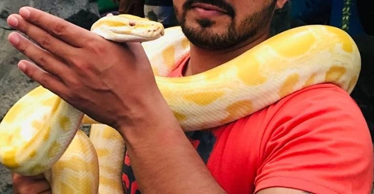 Го укасала змија додека бил во тоалетот- заработил 15 конци на неговиот пенис, а од овој детаљ ќе се онесвестите