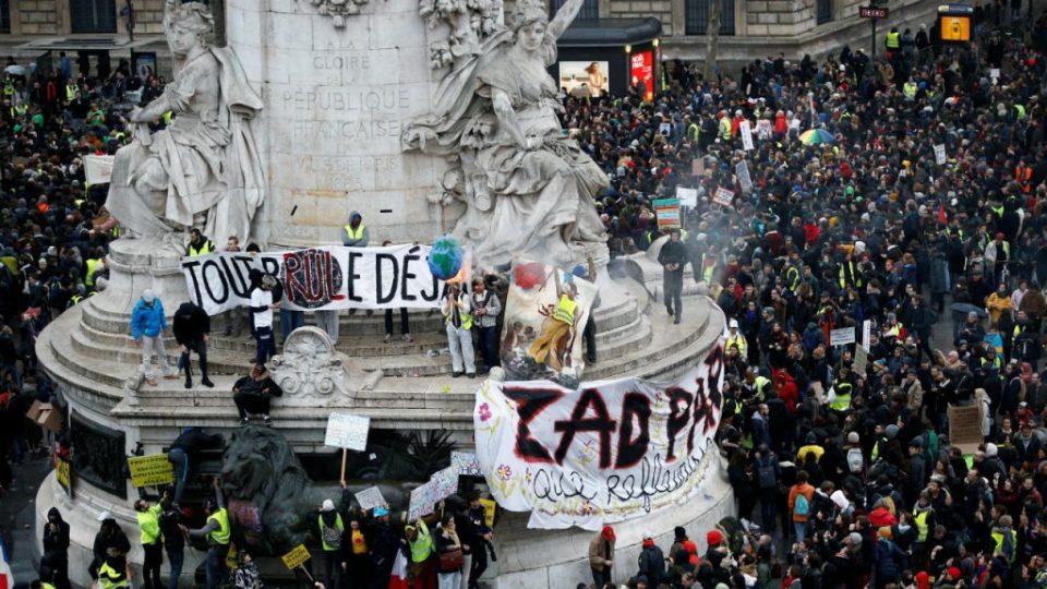 Најмалку 55 лица се повредени во денешните протести во Париз