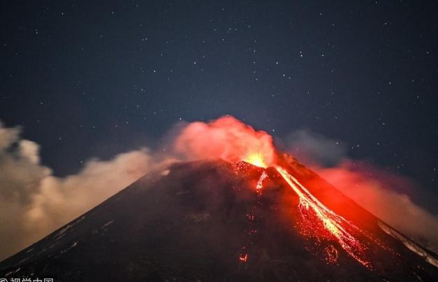 Се aктивира најголемиот вулкан во Европа: Исфрла лава, тлото се тресе (ВИДЕО)
