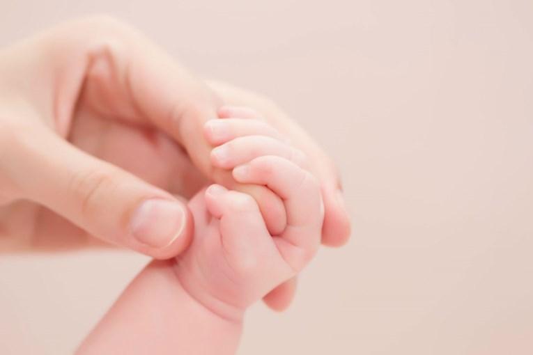 Нежно галење бебиња ублажува болка: Допирот има аналгетски потенцијал