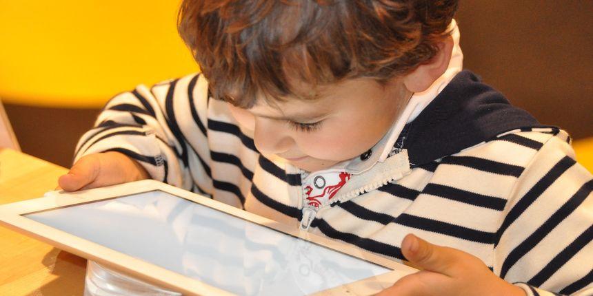 Педијатри со совет до родителите: На децата до две години да не им подарувате дигитални играчки