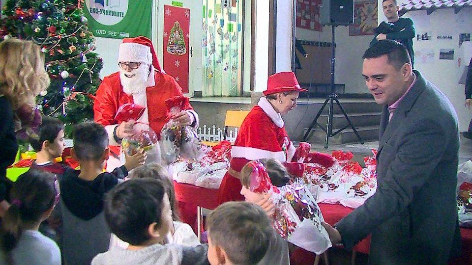 ВИДЕО: Градоначалникот Јанчев и Дедо Мраз меѓу учениците