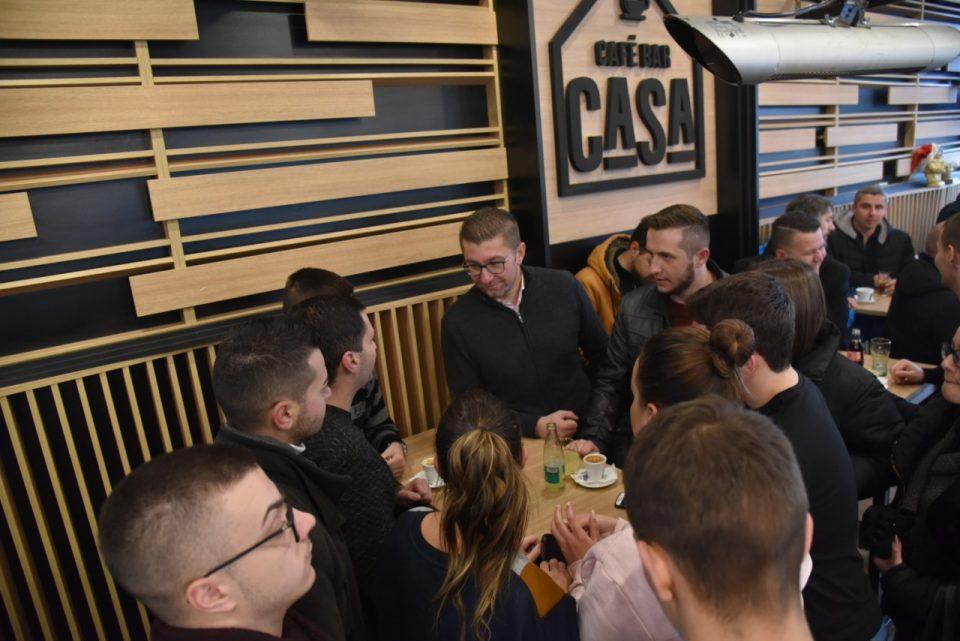 ФОТО: Мицкоски на кафе-дружба со младите од Велес