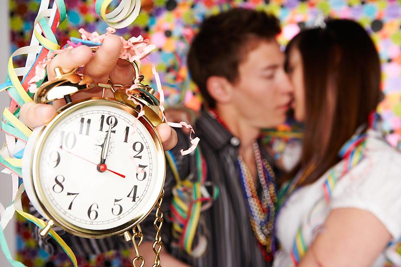 Суеверија за Нова година: Бакнете се и отворете ја вратата на полноќ…