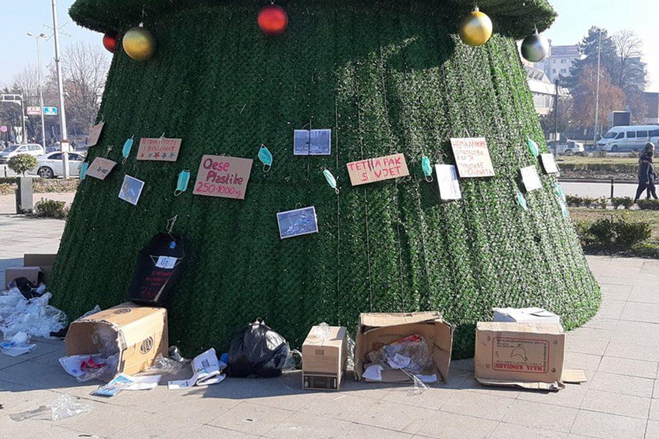 ФОТО: Новогодишната елка во Тетово накитена со пластични кеси и ѓубре
