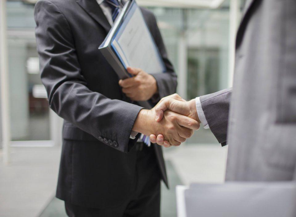 Бон-тон правила: Не барајте сметка пред сите да се дојадат, извадeте ја ракавицата пред да се ракувате