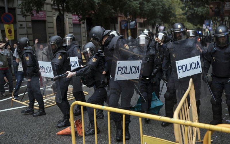 Шпанија: Мадрид се закани дека ќе испрати своја полиција во Барселона