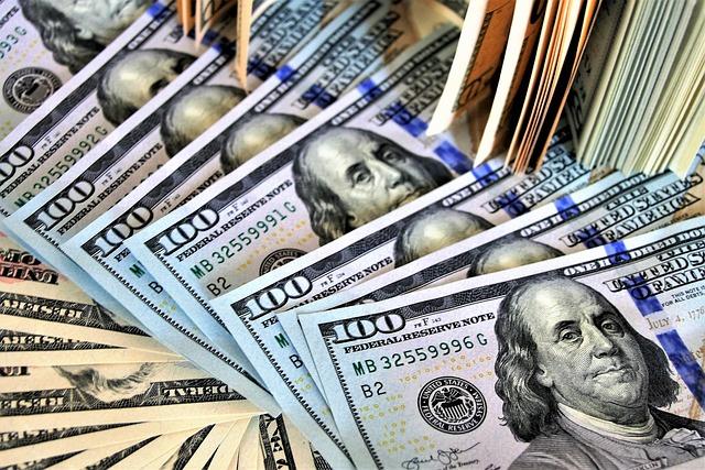 Банкомат исфрлал банкноти од 100 долари, луѓе се тепале