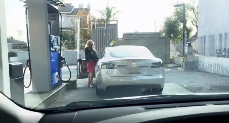 Драма на бензинска: Девојка сакала да наточи гориво на електричен автомобил (ВИДЕО)