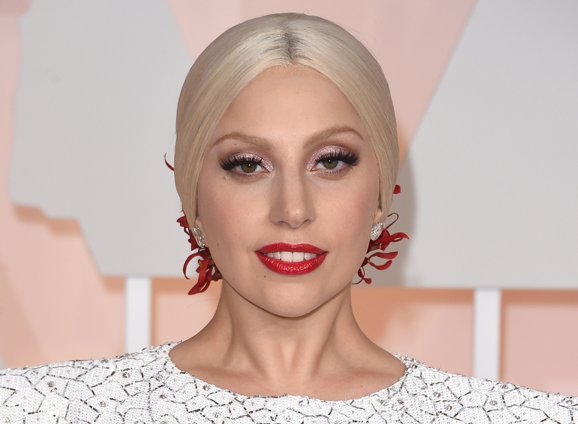 Лејди Гага ја одложи венчавката- еве ја причината