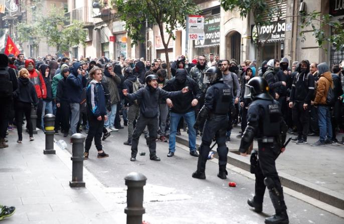 Најмалку 15 лица повредени во протестите во Барселона