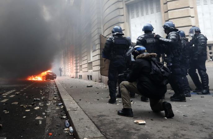 """Приведени 85 луѓе во протестите на """"жолтите елеци"""", 46 од нив се задржани под стража"""