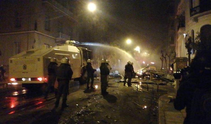Тројца повредени и 66 приведени при судири меѓу полицијата и анархисти во Атина