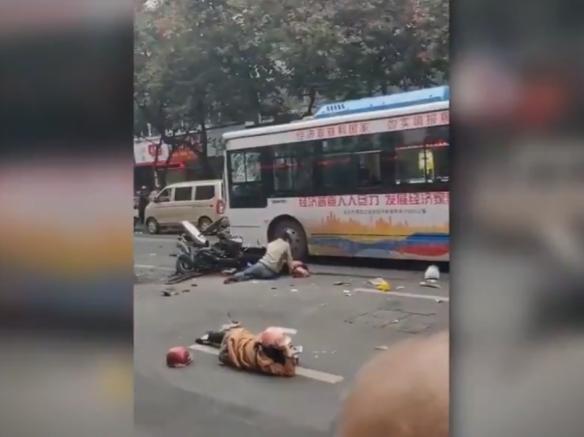 Најмалку осум лица загинаа при киднапирање на автобус