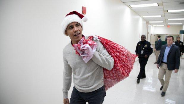 Се маскираше во Дедо мраз, но веднаш го препознаа: Еве кого Барак Обама посети пред Божиќ (ФОТО)