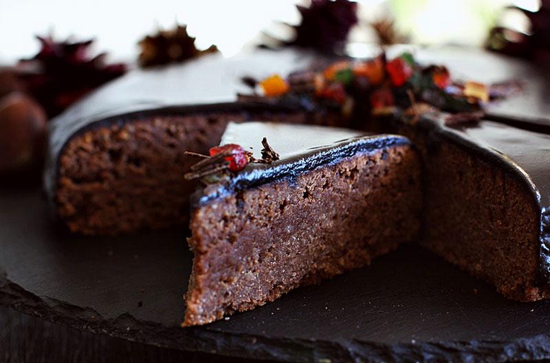 Одлична за Новогодишната ноќ: Чоколадна торта со костени и бадеми
