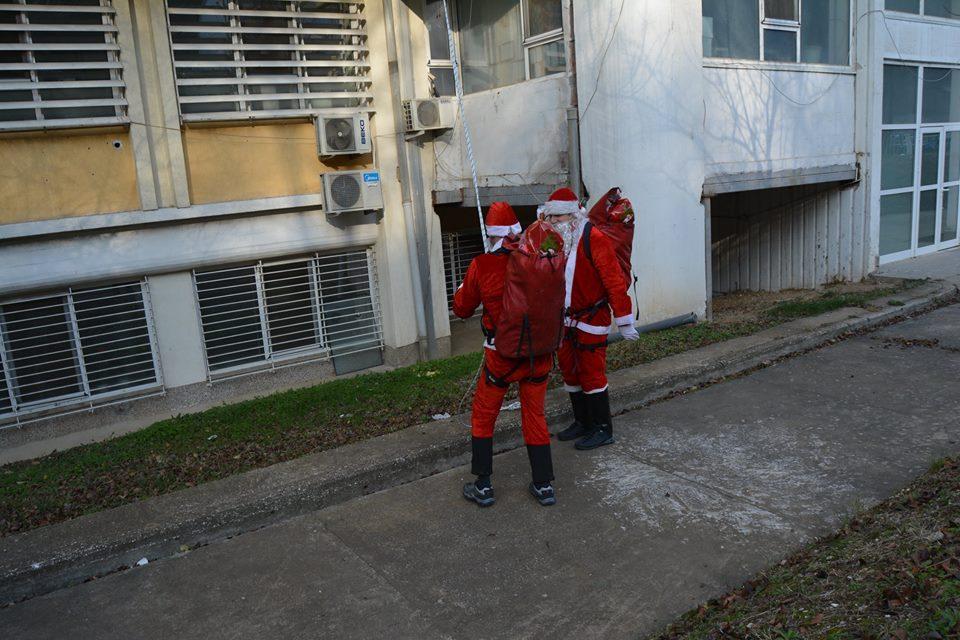 ФОТО: Децата од Клиниките за детски болести и Онкологија добија пакетчиња од Дедо Мраз