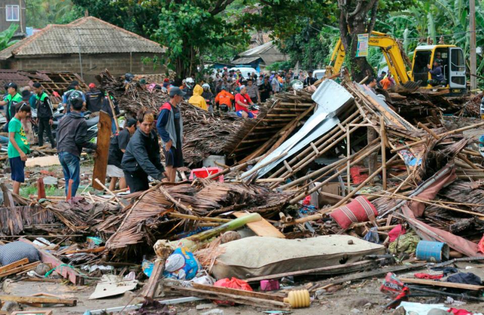 Расте црниот биланс, 420 загинати во цунамито во Индонезија