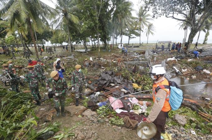 Бројот на загинати во цунамито во Индонезија достигна 373 лица